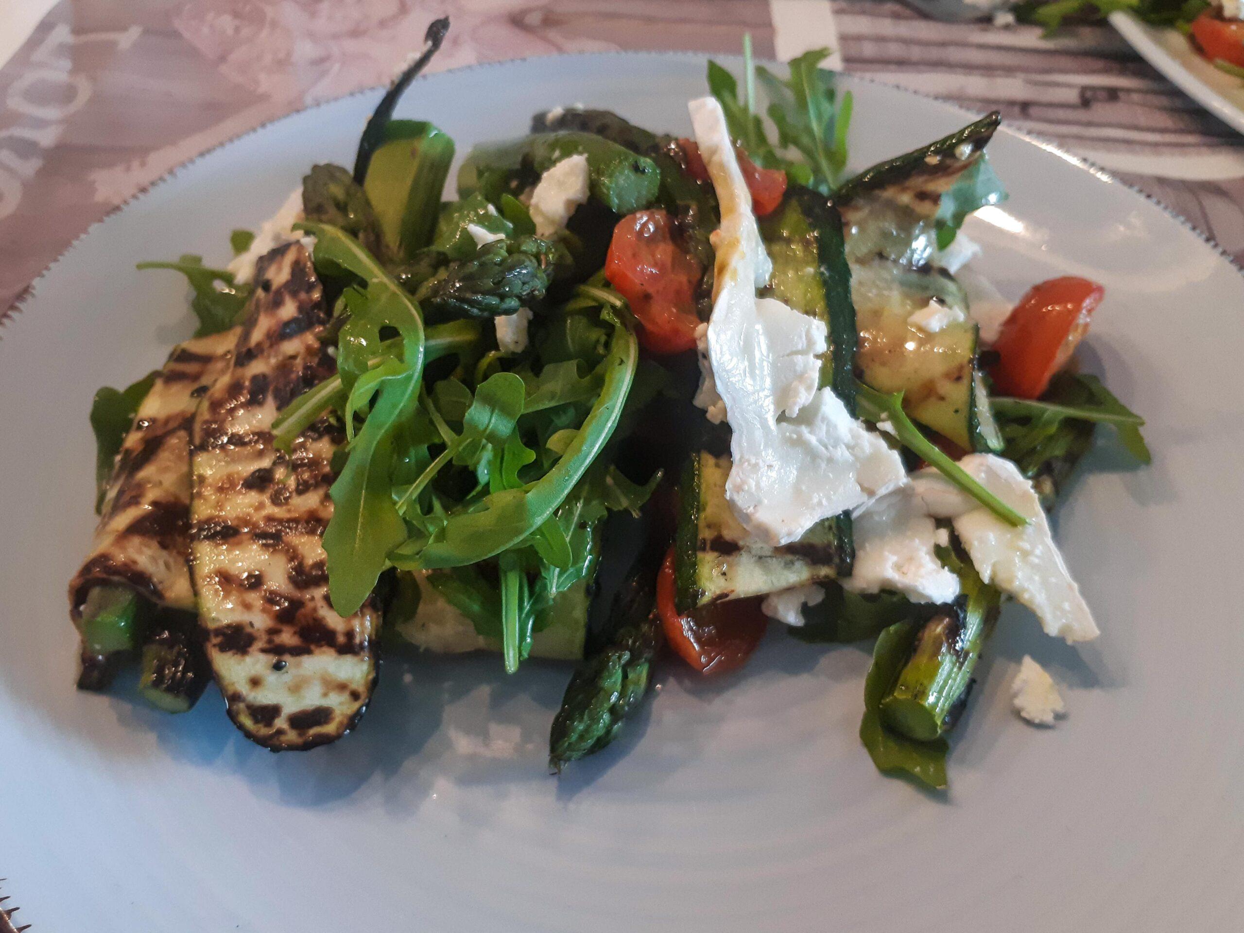 Ottolenghi: Salade van geroosterde asperges, courgettes en manouri